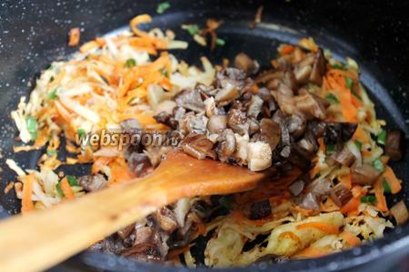 Добавить нарезанные грибы в казан к овощам.