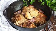 Фото рецепта Запечённые куриные бёдра с красным луком