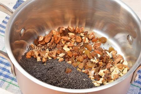 Мак измельчить с помощью кофемолки. Соединить мак, промытый изюм, порезанные орехи.