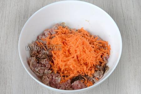 Кладём натёртую морковь.