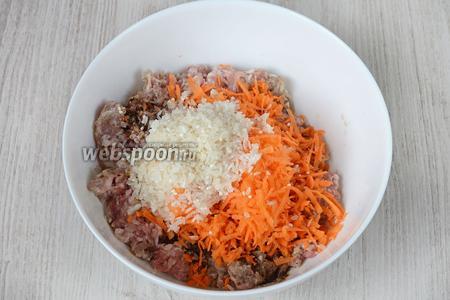 Рис промываем под проточной водой в дуршлаге, как следует, после чего высыпаем к остальным ингредиентам в глубокую тарелку.
