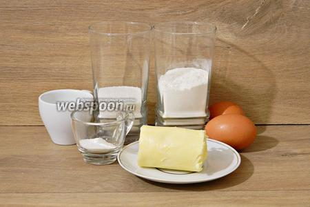 Для приготовления кексов «Бабочки» нам понадобится мука, разрыхлитель, ванилин, сахар, масло сливочное, яйца, молоко, варенье клубничное, взбитые сливки.