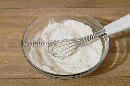 В глубокой миске соединяем все сухие ингредиенты для приготовления теста. В муку добавляем разрыхлитель, соду, сахар, ванилин и перемешиваем.