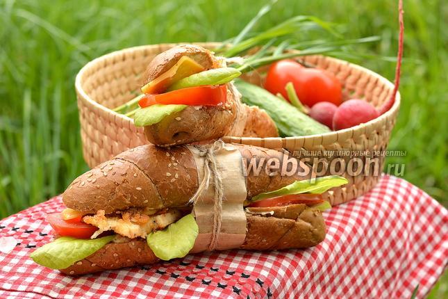 Фото Сэндвич с курицей, сыром и помидорами