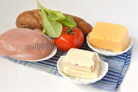 Для приготовления сэндвичей нам понадобится куриное филе, помидор, мягкий плавленый сыр, твёрдый сыр, салат, мини-багеты.