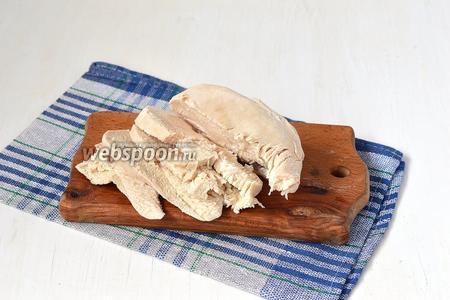 Готовое филе порезать ломтиками толщиной 1 сантиметр.