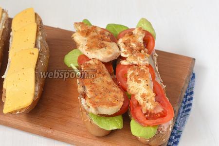 На помидоры выложить подготовленное филе.