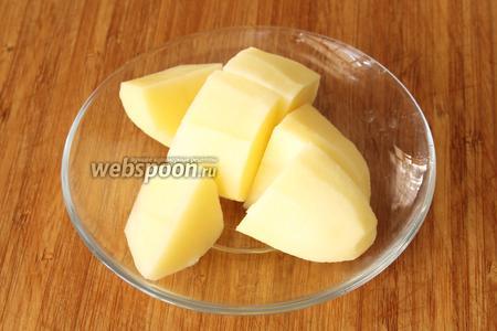 Картофель очистить от кожуры, нарезать на некрупные кубики и опустить в бульон.