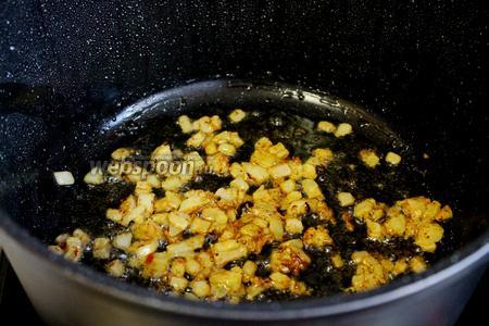 Оставшийся в маринаде лук обжарить на оставшемся после обжарки мяса масле.