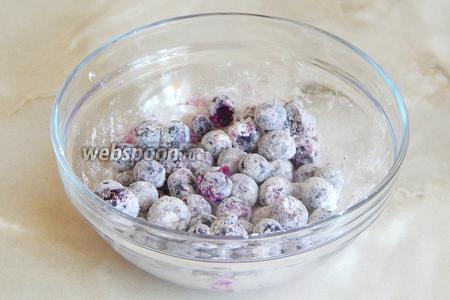 Голубику обваливаем в оставленной муке, чтобы ягодки не опустились на дно в процессе выпечки. Размораживать ягоды не нужно, если у вас они замороженные.