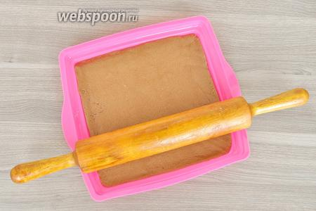 Раскатать тесто прямо в форме и выпекать 15-17 минут при 180ºC.