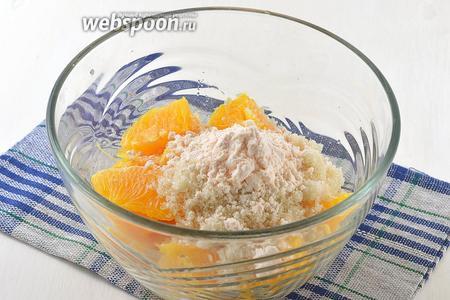 Апельсин очистить. Мякоть апельсинов без косточек и белых прожилок соединить с 50 грамм сахара и 20 грамм апельсинового киселя.