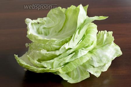 От капусты отделить листочки, предварительно сделав надрезы у кочерышки. Они легко снимаются из молодой капусты и нет необходимости отваривать в воде целый кочан. Оставшийся маленький кочанчик можно использовать для свежего салата.