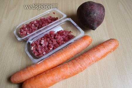 Вот такие продукты нам понадобятся. Я взяла среднего размера свёклу и 2 моркови. А так же 2 зубчика чеснока и бекон, у меня он уже порезаный.