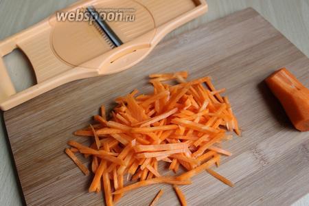 Чистим морковку и натираем на такой вот тёрке. То есть нам нужна крупная соломка.