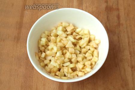 Яблоко почистить от шкурки, нарезать кубиками и полить лимонным соком.
