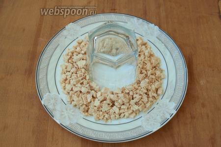 Куриное филе сварить в подсоленной (1 ч. л.) воде, нарезать кубиками. В центр плоской тарелки поставить стакан и выложить филе вокруг. В майонез выдавить чеснок и перемешать. Курицу немного смазать майонезом.