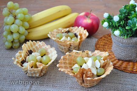 Фруктовый салат в вафельных корзинках