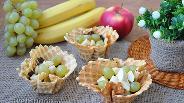 Фото рецепта Фруктовый салат в вафельных корзинках