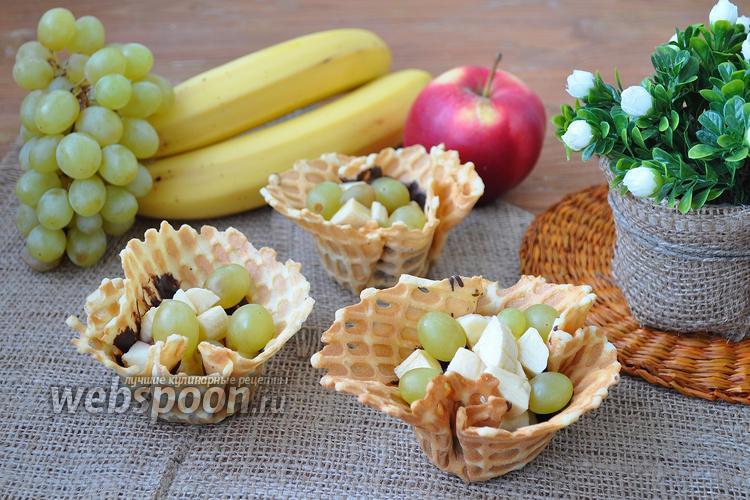 Фото Фруктовый салат в вафельных корзинках