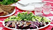 Фото рецепта Свекольно-селёдочный салат под лимонно-хреновым соусом