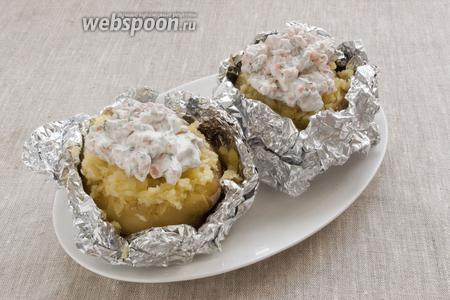 Остаётся только выложить сверху приготовленный соус и сразу же подавать картофель к столу. Фольгу не убирать, так картофель дольше сохранит тепло.