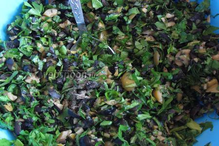 Смешать зелень с цедрой и оливками, приправить чёрным перцем.