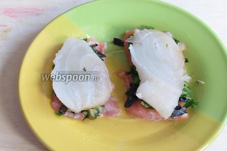 На начинку выложить белую рыбу.