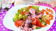 Фото рецепта Праздничный салат с осьминогами и икрой
