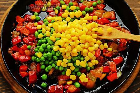 Добавить горошек и кукурузу, готовить ещё несколько минут. Посолить, поперчить по вкусу.