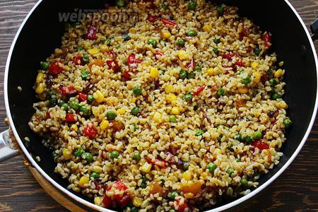 Добавить овощи, прогреть ещё пару минут. Готово!  Подавать с сыром и зеленью.