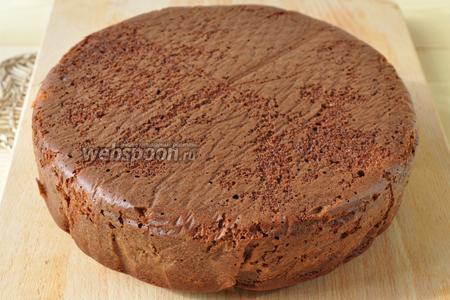 Готовый бисквит вынуть из формы и дать остыть ему полностью. Форма диаметром 26 см.
