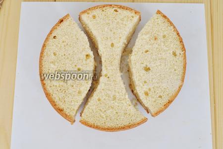 """Разрежем белый бисквит по схеме. Это будут ушки """"зайчика"""" и бабочка."""