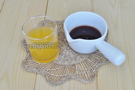 Для пропитки смешаем апельсиновый сок и вишнёвый сироп. Я просто отцедила вишнёвое варенье от ягод и смешала с соком.