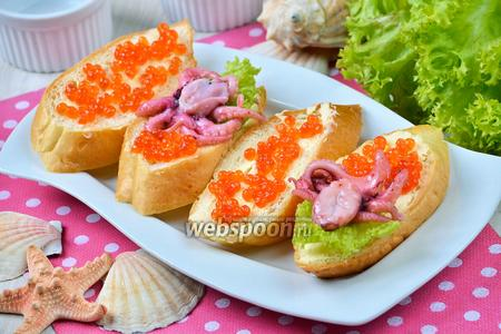 Бутерброды с осьминогами и красной икрой