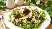 Фото рецепта Салат с яблоком, лисичками и орехами