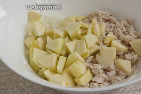 Яблоко промыть, разрезать на 4 части, удалить сердцевину и шкурку. Мякоть нарезать и нарезать небольшими ломтиками, добавить в салат.