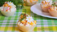 Фото рецепта Салат с крабовыми палочками и кукурузой в тарталетках