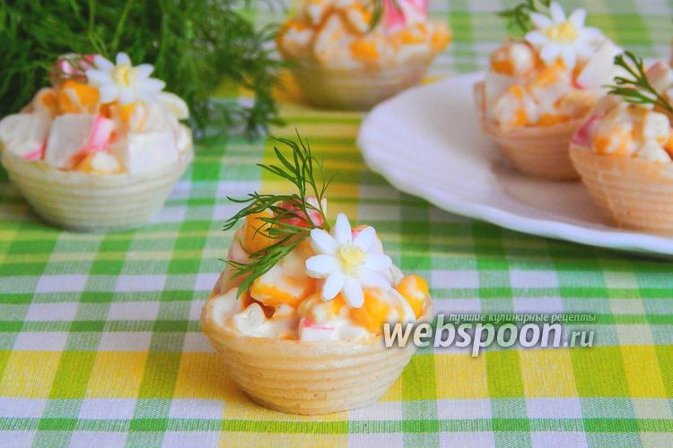 Фото Салат с крабовыми палочками и кукурузой в тарталетках
