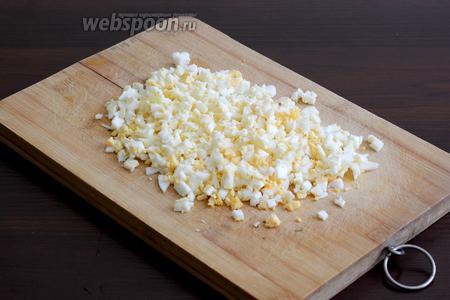 Яйца отварить и мелко порубить, добавить яйца в бульон.