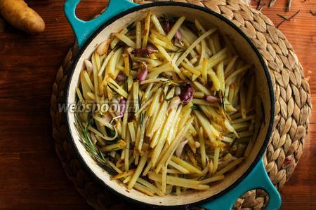 Жарьте картофель помешивая в течение 10-12 минут, пока картофель немного не размягчится.