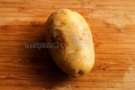 Картофель положите на доску, срежьте немного одну сторону клубня, чтобы картофель устойчиво лежал на разделочной доске.