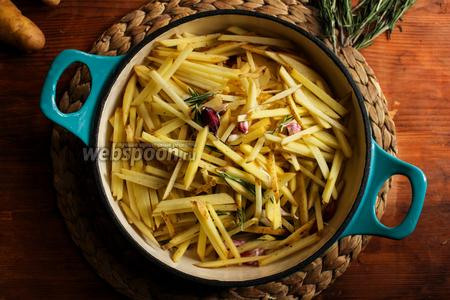 Нагрейте в сковороде подсолнечное масло и кусочек сливочного масла, когда масло запенится добавьте в сковороду содержимое миски.