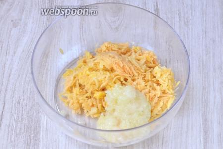 Кладём в глубокую ёмкость картофель и лук.
