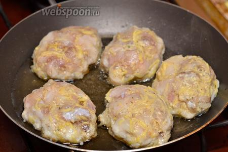 Придаём форму котлетам из рыбы и выкладываем обжариваться на раскалённую сковороду с маслом.