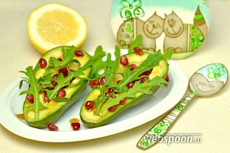 Салат из авокадо с гранатом и рукколой