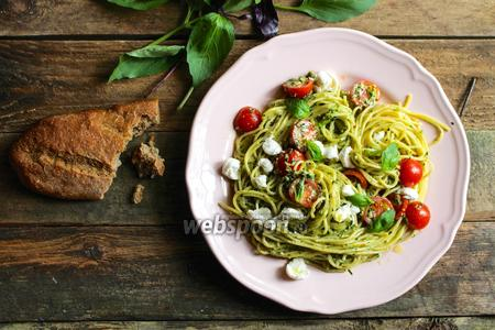 Спагетти с песто дженовезе, черри и моцареллой
