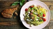 Фото рецепта Спагетти с песто дженовезе, черри и моцареллой