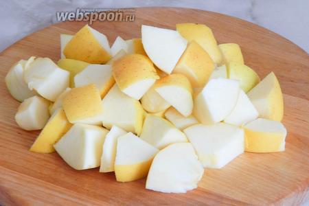 Ставим на плиту кастрюлю с водой, а тем временем моем, обсушиваем и нарезаем яблоки не очень мелкими кусочками. Семенные коробочки и хвостики удяляем, шкурку оставляем. Если у вас яблоки красного цвета, квас будет приятного розового оттенка.