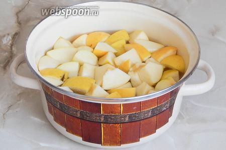 Закладываем яблоки в нагретую воду и варим на среднем огне минут 5.